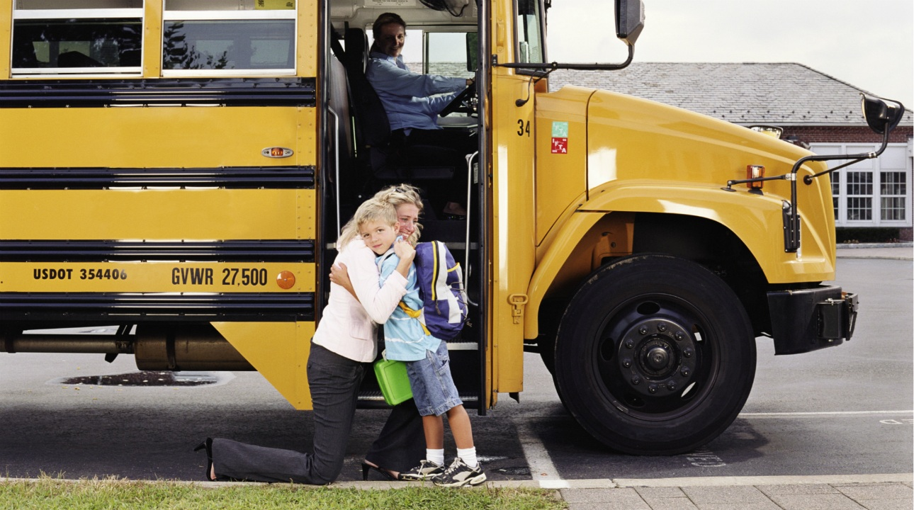 first-day-of-school-hug-school-bus-1290.jpg (299.04 Kb)